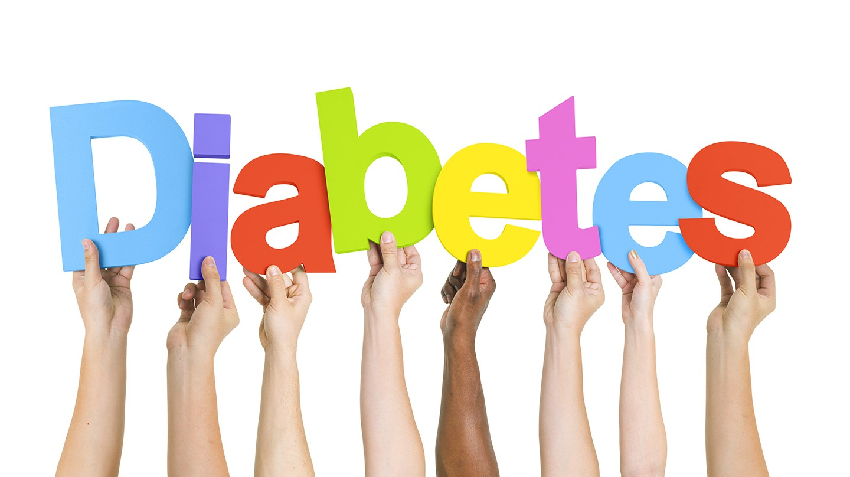 Diabetes erkennen: Acht Hände unterschiedlicher Hautfarbe halten bunte Buchstaben, die das Wort Diabetes bilden.