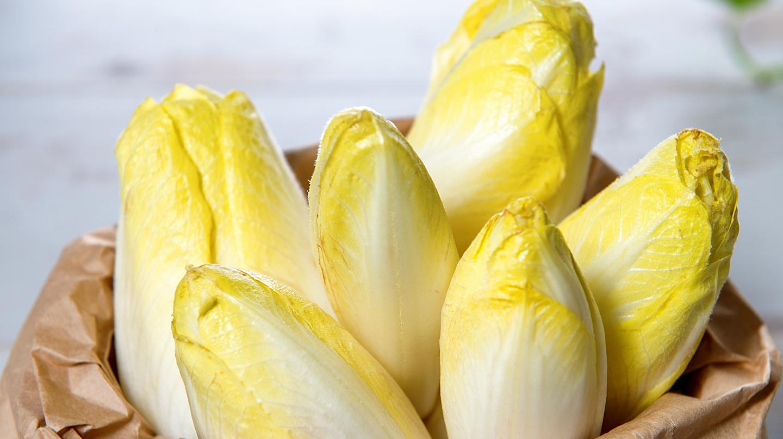Bitterstoffe: Weiß-gelber Chicorée im Holzschälchen.